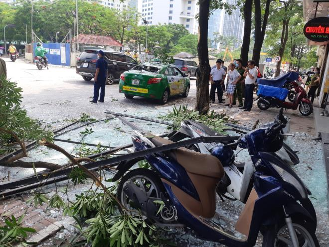 Nổ như bom cạnh ngân hàng trên phố Hà Nội, nhiều người hoảng loạn-2