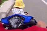 Clip: Để con ngồi vắt vẻo trước giỏ xe máy, bố mẹ vẫn thản nhiên chạy vèo vèo trên đường