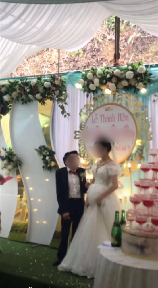 """Cảnh hôn trên sân khấu đám cưới được share rầm rộ MXH: Hành động xấu hổ"""" sau đó của chú rể lại khiến dân tình hưởng ứng rần rần-4"""