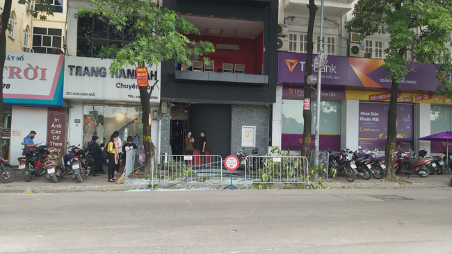 Vụ nổ trên phố Kim Mã làm kính tòa nhà bắn xuống đường trúng ô tô: 2 người bị bỏng nặng đã chuyển viện-1