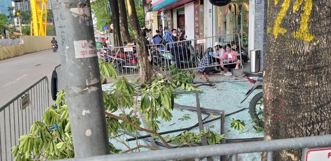 Vụ nổ trên phố Kim Mã làm kính tòa nhà bắn xuống đường trúng ô tô: 2 người bị bỏng nặng đã chuyển viện-2