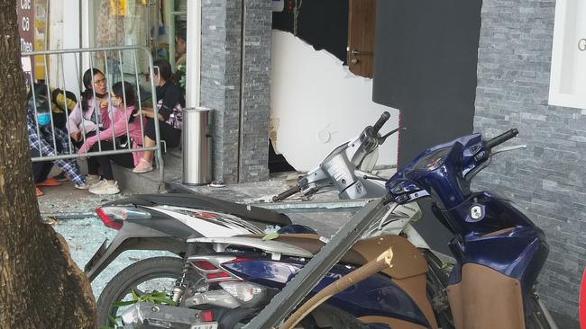 Vụ nổ trên phố Kim Mã làm kính tòa nhà bắn xuống đường trúng ô tô: 2 người bị bỏng nặng đã chuyển viện-3