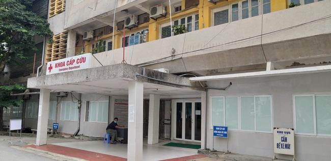 Vụ nổ trên phố Kim Mã làm kính tòa nhà bắn xuống đường trúng ô tô: 2 người bị bỏng nặng đã chuyển viện-4
