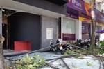 Vụ nổ trên phố Kim Mã làm kính tòa nhà bắn xuống đường trúng ô tô: 2 người bị bỏng nặng đã chuyển viện