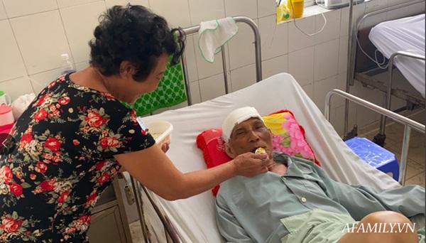 TP.HCM: Bệnh viện khẩn tìm người thân cho cụ ông bị té đập đầu mê sảng, không có ai bên cạnh-5