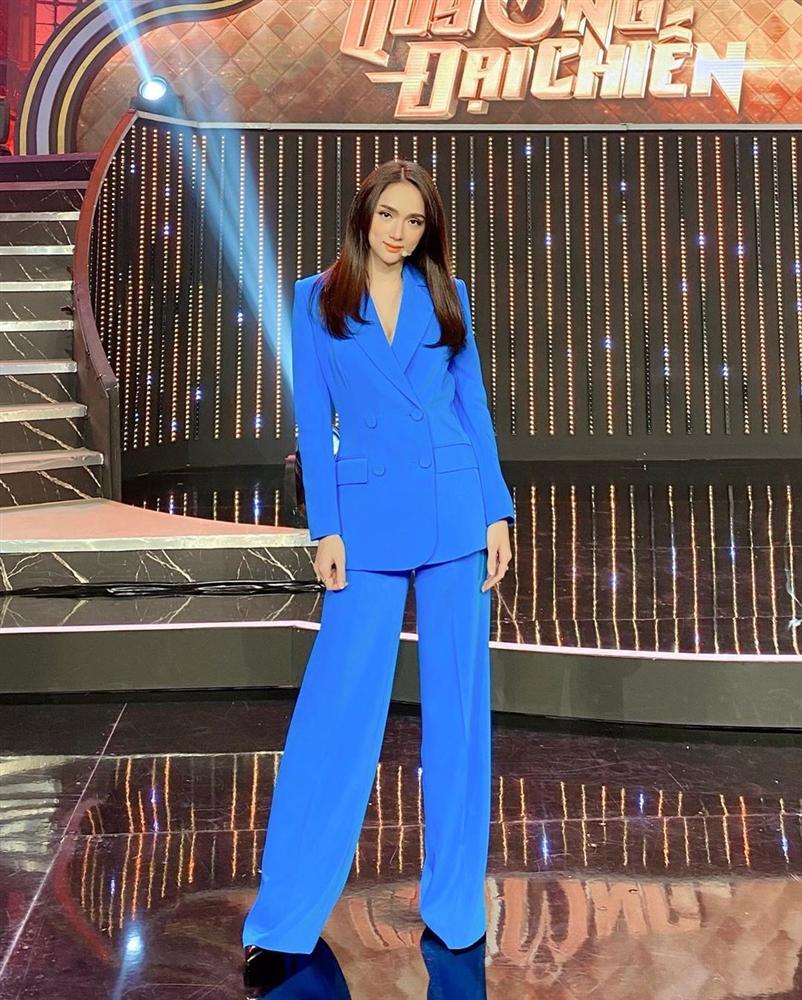 Hương Giang có hai combo quần + giày dép hack dáng bất bại, nàng nào diện lên chân cũng dài tới nách-3