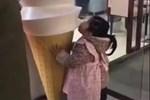 'Mẹ ơi, con ăn kem được không?', câu trả lời của người mẹ và hành động sau đó của đứa bé làm trái tim tôi đau đớn