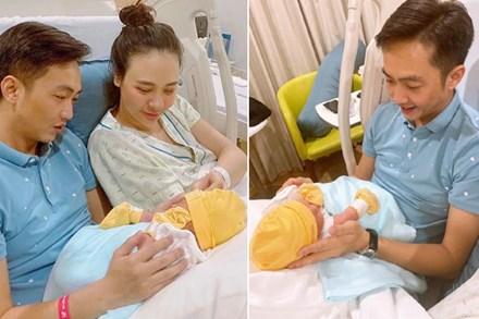 Đàm Thu Trang lần đầu lộ diện sau sinh con: Mẹ bỉm dung nhan rạng rỡ, bố thì bế con khéo quá này!