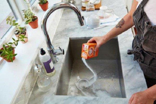 Ngày nào cũng dùng nhưng sao bồn rửa vẫn cứ mốc meo đầy vi khuẩn, bà nội trợ hãy áp dụng ngay cách này-6