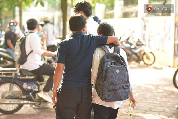 Những khoảnh khắc cảm xúc nhất kỳ thi THPT Quốc gia: Khi đứa con bé bỏng của bố mẹ sắp bước vào đại học-18