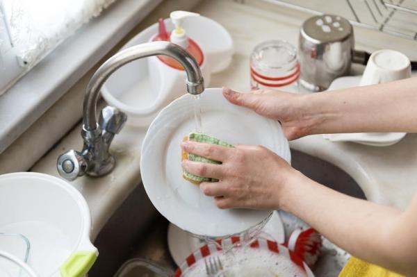 Ngày nào cũng dùng nhưng sao bồn rửa vẫn cứ mốc meo đầy vi khuẩn, bà nội trợ hãy áp dụng ngay cách này-2
