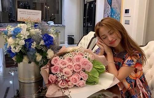 Vân Hugo đón con trai vào Sài Gòn ở biệt thự, trồng nhiều loại hoa quanh nhà vì hôn phu-1