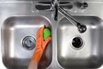 Ngày nào cũng dùng nhưng sao bồn rửa vẫn cứ 'mốc meo' đầy vi khuẩn, bà nội trợ hãy áp dụng ngay cách này