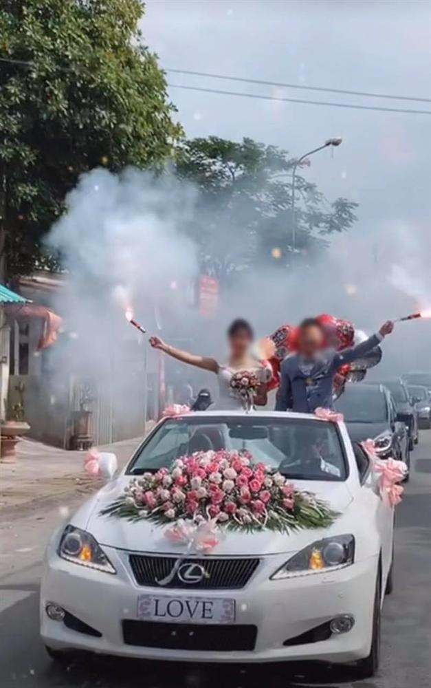 """Vui thôi đừng vui quá: Muốn thể hiện độ ngầu"""" trên xe sang rước dâu, cô dâu chú rể nhận về chỉ trích vì hành động khác người-2"""
