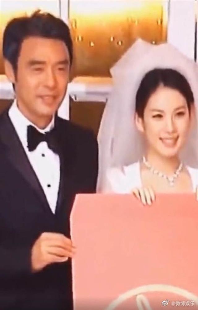 Tài tử Thần Điêu Đại Hiệp khóc như mưa trong đám cưới con gái, ánh mắt hình viên đạn dành cho con rể gây bão Weibo-1