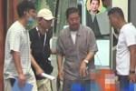 Xót xa hình ảnh 'Càn Long' Trương Quốc Lập tiều tụy, phải có người dìu đỡ, vất vả đi làm 18 giờ/ ngày ở tuổi 65