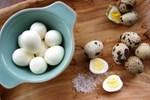Luộc trứng cút không cho trực tiếp vào nồi, thêm 2 bước vỏ trứng tự động bong ra