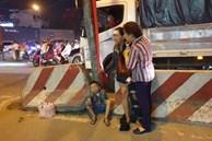Người mẹ bán vé số khóc nghẹn khi con trai 2 tuổi bị xe container cuốn vào gầm