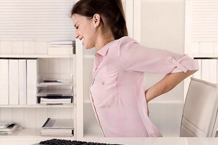 Đau lưng dưới có khả năng là triệu chứng cảnh báo các vấn đề về thần kinh, nhiễm trùng, ung thư