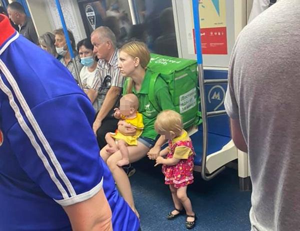 Bức ảnh bà mẹ 19 tuổi tha 2 con đi làm chuyển phát nhanh gây tranh cãi dữ dội trên MXH, drama phía sau càng gây nhức nhối-1
