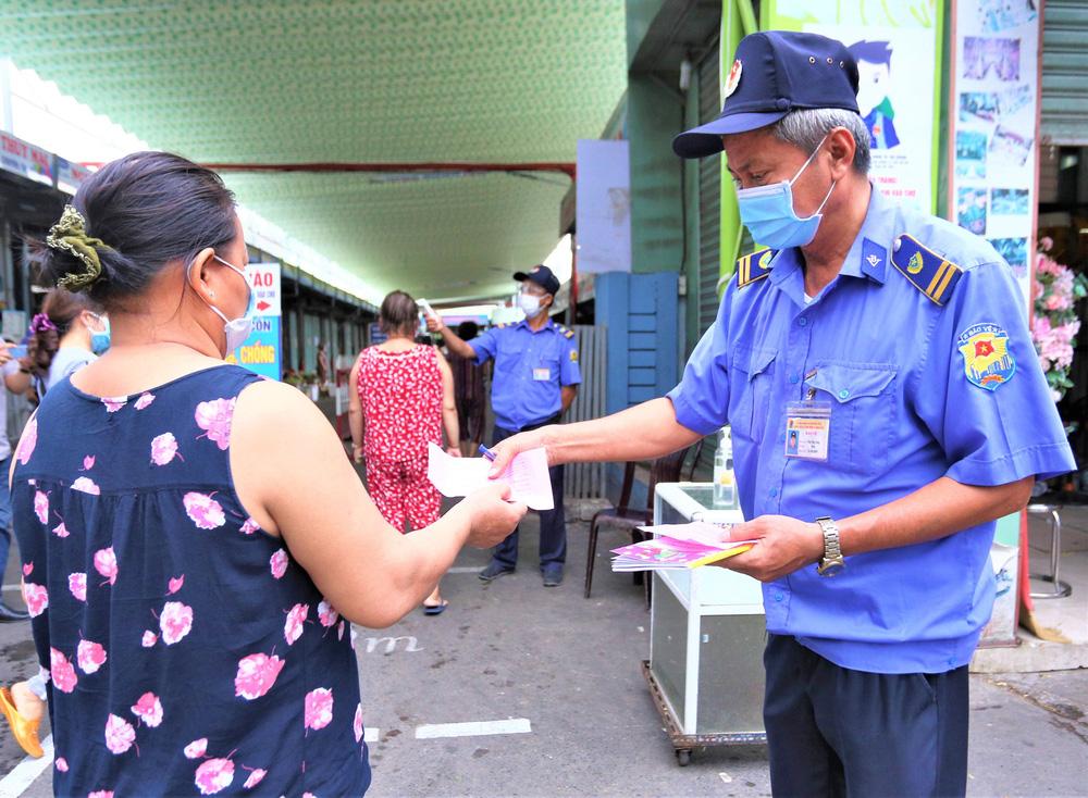 Ảnh: Ngày đầu người dân Đà Nẵng thực hiện đi chợ bằng phiếu ngày chẵn lẻ-10