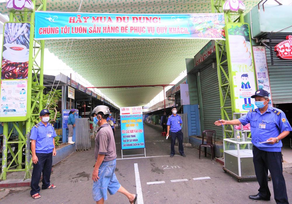 Ảnh: Ngày đầu người dân Đà Nẵng thực hiện đi chợ bằng phiếu ngày chẵn lẻ-11