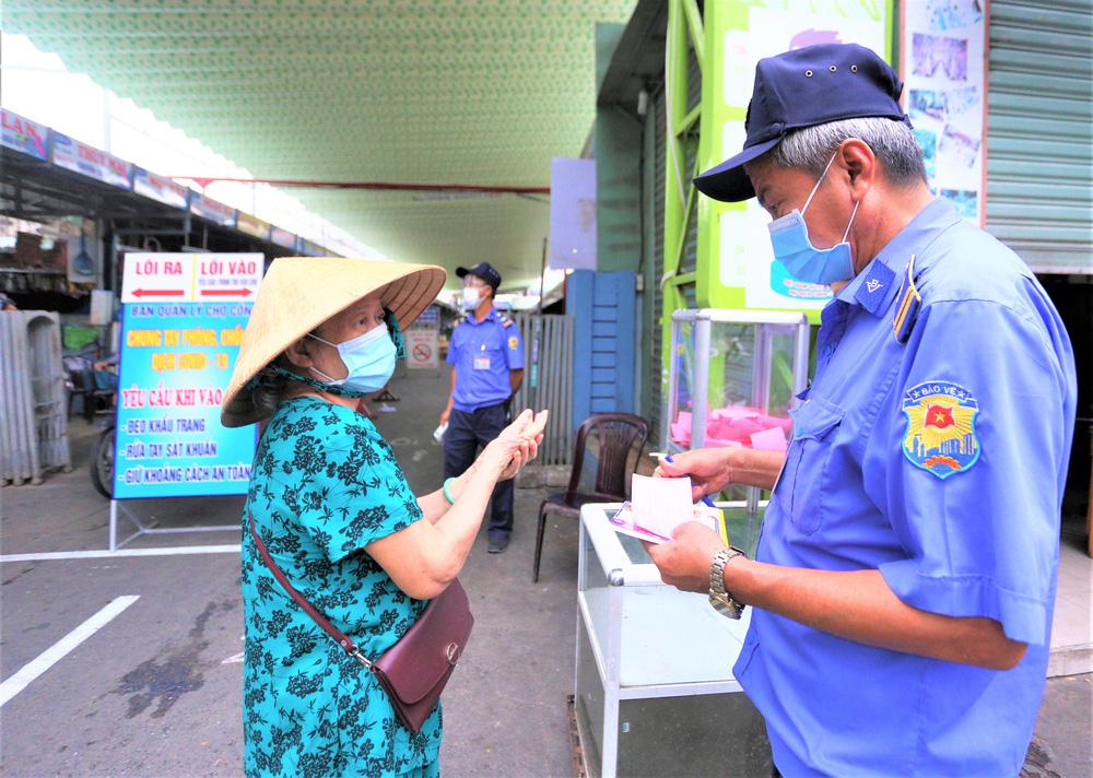 Ảnh: Ngày đầu người dân Đà Nẵng thực hiện đi chợ bằng phiếu ngày chẵn lẻ-2