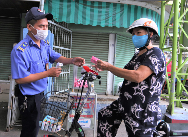 Ảnh: Ngày đầu người dân Đà Nẵng thực hiện đi chợ bằng phiếu ngày chẵn lẻ-3