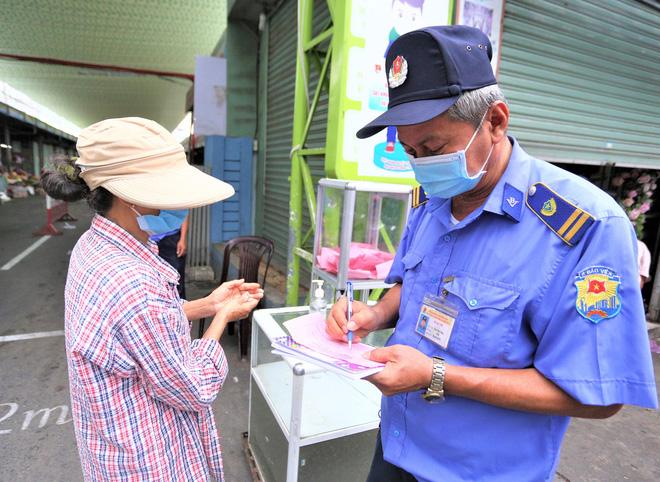 Ảnh: Ngày đầu người dân Đà Nẵng thực hiện đi chợ bằng phiếu ngày chẵn lẻ-4