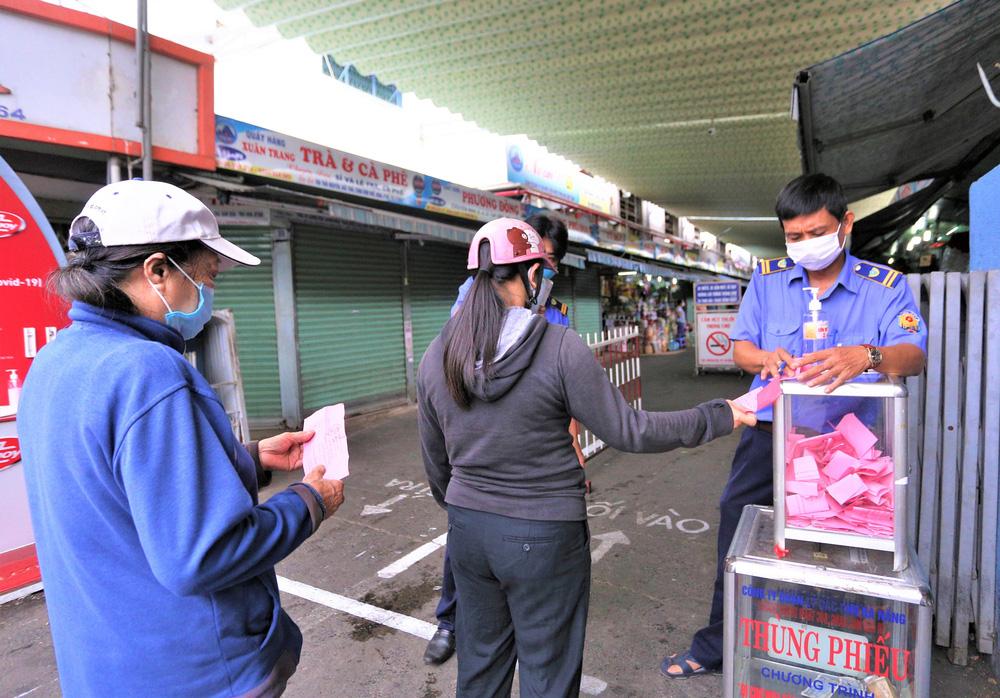 Ảnh: Ngày đầu người dân Đà Nẵng thực hiện đi chợ bằng phiếu ngày chẵn lẻ-5