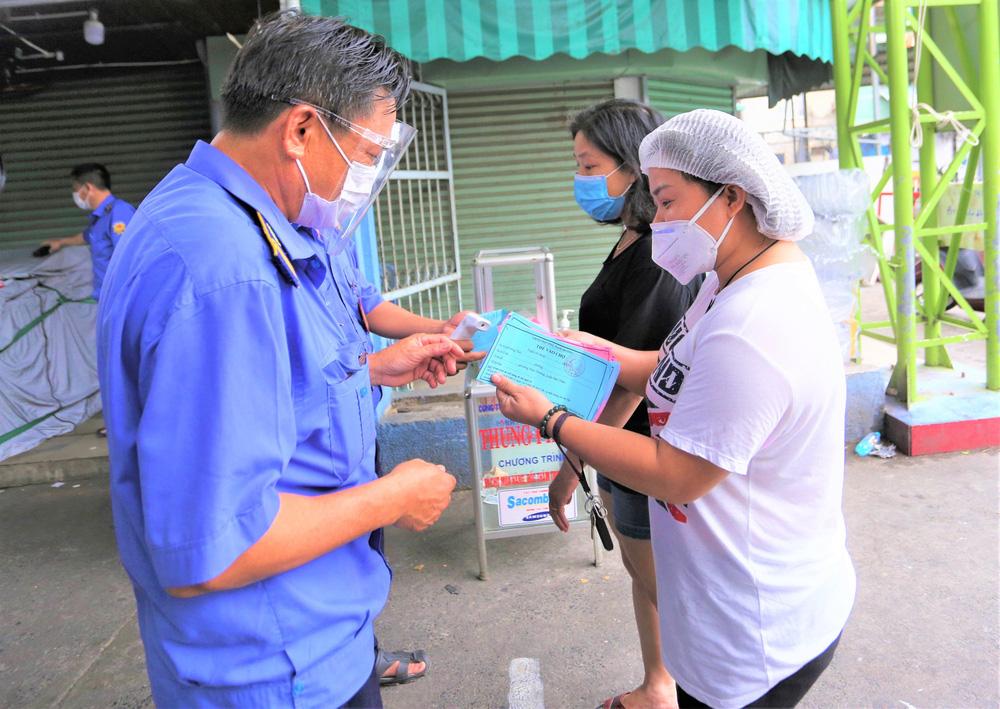 Ảnh: Ngày đầu người dân Đà Nẵng thực hiện đi chợ bằng phiếu ngày chẵn lẻ-6