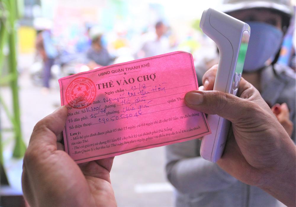 Ảnh: Ngày đầu người dân Đà Nẵng thực hiện đi chợ bằng phiếu ngày chẵn lẻ-7