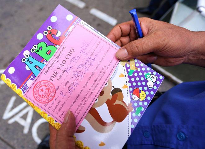Ảnh: Ngày đầu người dân Đà Nẵng thực hiện đi chợ bằng phiếu ngày chẵn lẻ-9