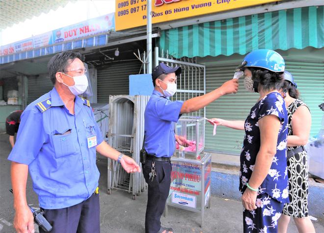 Ảnh: Ngày đầu người dân Đà Nẵng thực hiện đi chợ bằng phiếu ngày chẵn lẻ-13