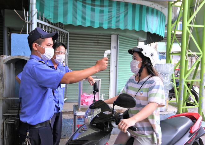 Ảnh: Ngày đầu người dân Đà Nẵng thực hiện đi chợ bằng phiếu ngày chẵn lẻ-14