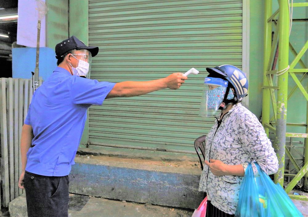 Ảnh: Ngày đầu người dân Đà Nẵng thực hiện đi chợ bằng phiếu ngày chẵn lẻ-16