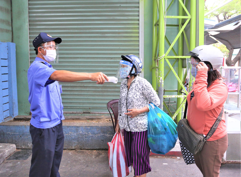 Ảnh: Ngày đầu người dân Đà Nẵng thực hiện đi chợ bằng phiếu ngày chẵn lẻ-17