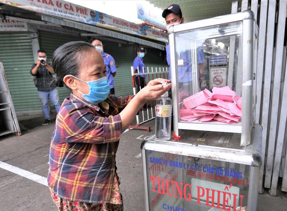 Ảnh: Ngày đầu người dân Đà Nẵng thực hiện đi chợ bằng phiếu ngày chẵn lẻ-21
