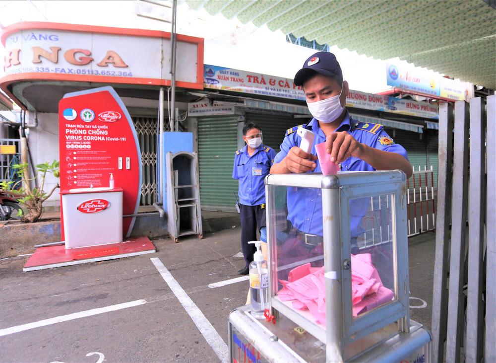 Ảnh: Ngày đầu người dân Đà Nẵng thực hiện đi chợ bằng phiếu ngày chẵn lẻ-23