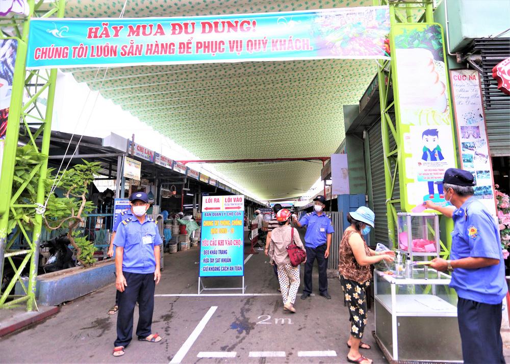 Ảnh: Ngày đầu người dân Đà Nẵng thực hiện đi chợ bằng phiếu ngày chẵn lẻ-24