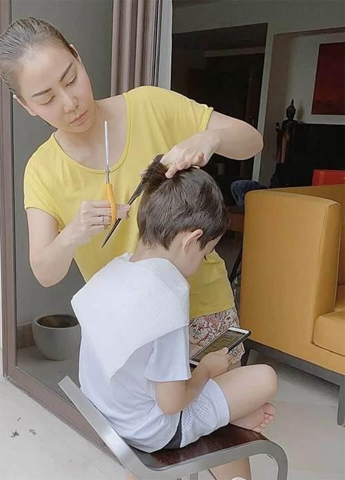 Con trai Thu Minh nằm ăn vạ giữa siêu thị, người nước ngoài cũng phải có thái độ-1