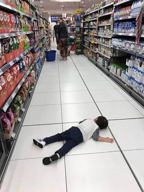 Con trai Thu Minh nằm ăn vạ giữa siêu thị, người nước ngoài cũng phải có thái độ-2