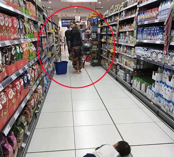 Con trai Thu Minh nằm ăn vạ giữa siêu thị, người nước ngoài cũng phải có thái độ-3