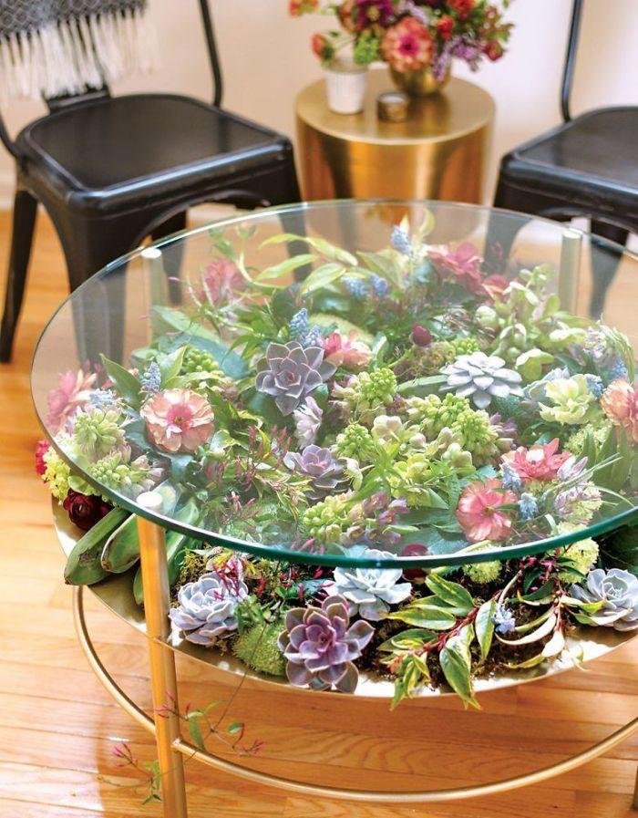 Bàn phủ đầy hoa lá rực rỡ trang điểm cho phòng khách thêm sinh động-1