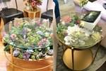 Bàn phủ đầy hoa lá rực rỡ trang điểm cho phòng khách thêm sinh động
