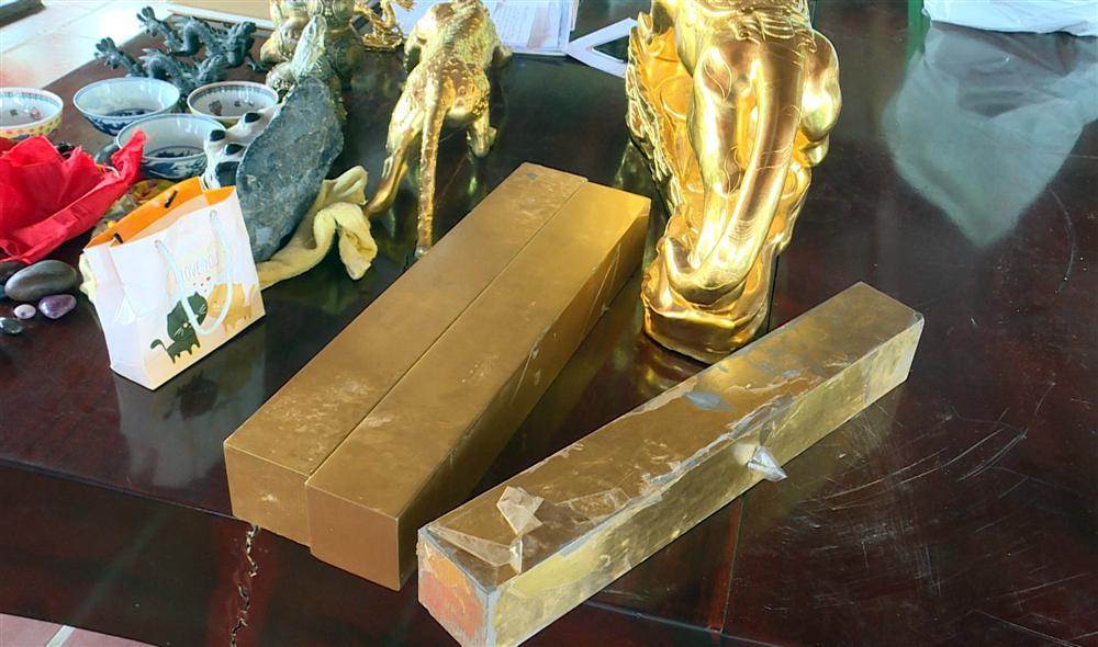 Bên trong căn hầm chứa hàng chục tấn vàng giả của nhà ngoại cảm lừa đảo chiếm đoạt tiền tỷ-2