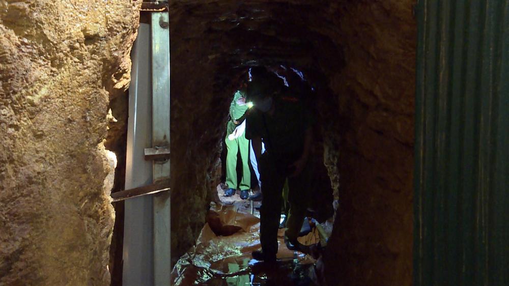 Bên trong căn hầm chứa hàng chục tấn vàng giả của nhà ngoại cảm lừa đảo chiếm đoạt tiền tỷ-5