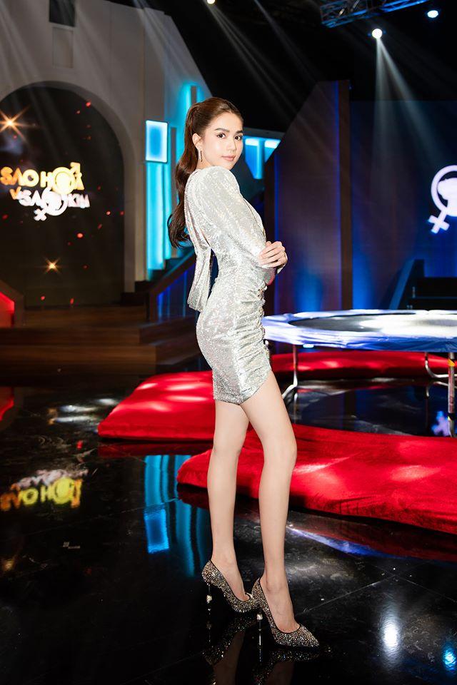 Ngọc Trinh chơi chiêu hack dáng, khiến Hari Won đứng ngay cạnh cũng phải chịu thua khi diện chung set đồ trên sóng truyền hình-1