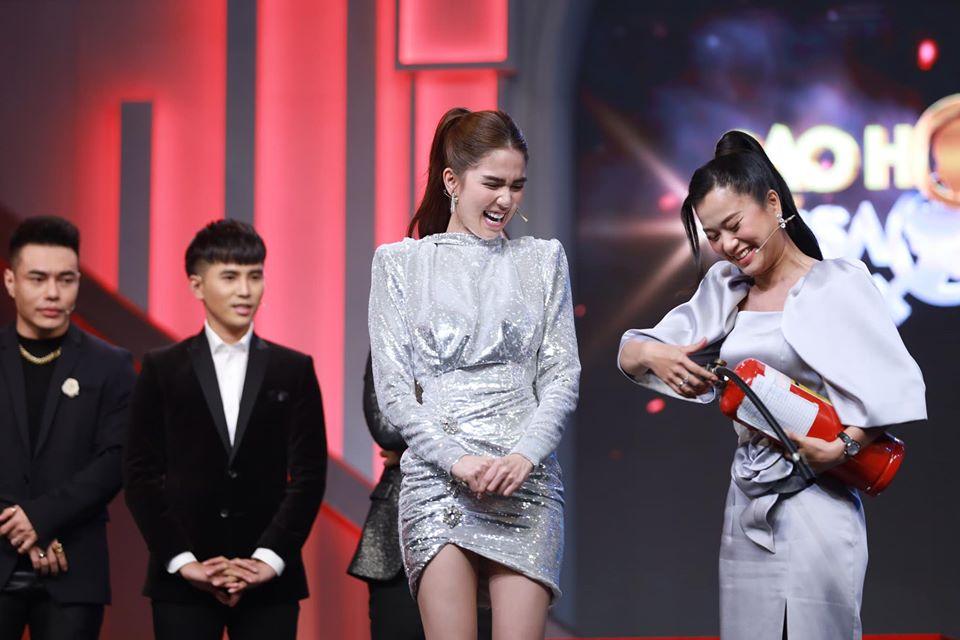 Ngọc Trinh chơi chiêu hack dáng, khiến Hari Won đứng ngay cạnh cũng phải chịu thua khi diện chung set đồ trên sóng truyền hình-3
