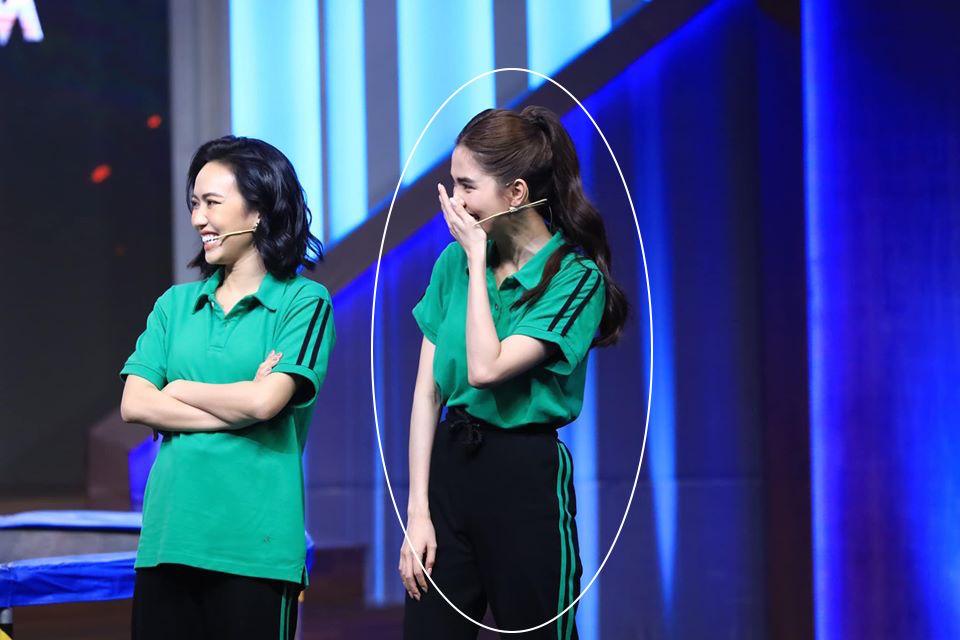 Ngọc Trinh chơi chiêu hack dáng, khiến Hari Won đứng ngay cạnh cũng phải chịu thua khi diện chung set đồ trên sóng truyền hình-7